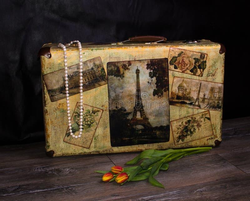 Resväska-stil pryder med pärlor den sjaskiga stilpärlan och buketten av vårtul royaltyfria foton
