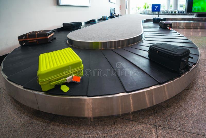 Resväskan eller bagage framförs till och med transportbandet royaltyfria foton