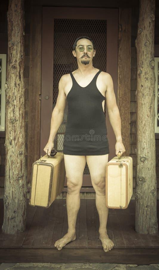 Resväskor för iklädd baddräkt för era 1920's för gentleman hållande på fotografering för bildbyråer