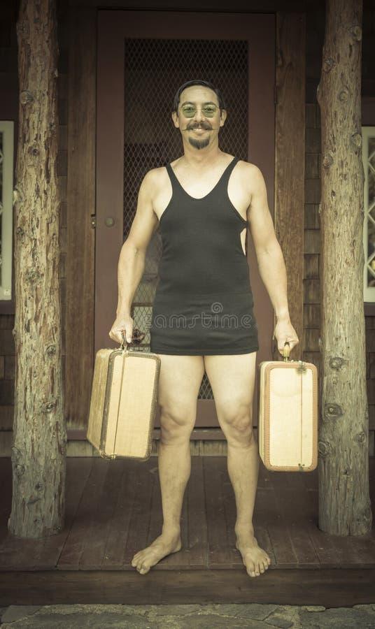 Resväskor för iklädd baddräkt för era 1920's för gentleman hållande på arkivfoton