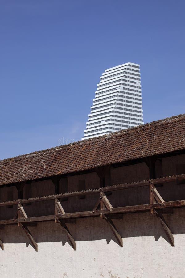 Resztki średniowieczni Basel miasta ramparts i nowożytny drapacz chmur BASEL SZWAJCARIA obrazy royalty free