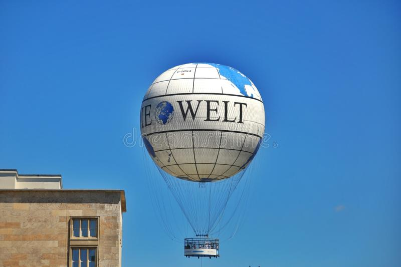 Download Resztki Berlińska ściana I Obrzęku Balon Zdjęcie Stock Editorial - Obraz złożonej z balon, zniszczenia: 57672573