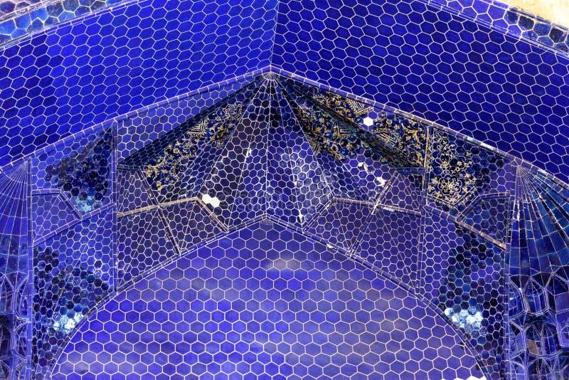 Resztki dekorować błękitne mozaik płytki na łuku wśrodku Błękitnego meczetu w Tabriz Wschodnia Azerbejdżan prowincja Iran obrazy royalty free