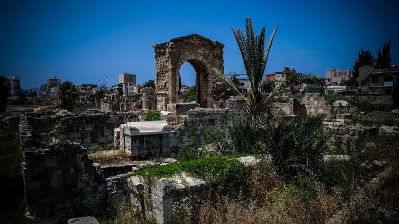 Resztki necropolis w antycznych kolumn podkopowym miejscu w oponie przy Liban zdjęcie stock