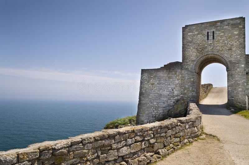 Download Resztki średniowieczny Forteca Zdjęcie Stock - Obraz złożonej z wejście, faleza: 57654784
