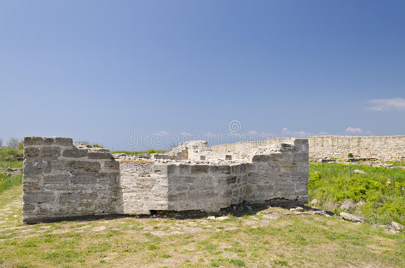 Download Resztki średniowieczny Forteca Obraz Stock - Obraz złożonej z faleza, poddaństwo: 57654999
