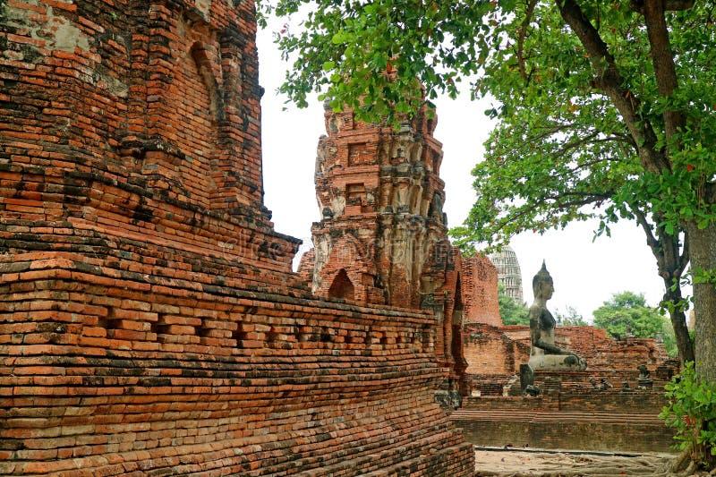 Resztki struktury i Buddha wizerunek w Wata Mahathat Antycznej świątyni, Ayutthaya, Archeologiczny miejsce w Tajlandia zdjęcie royalty free