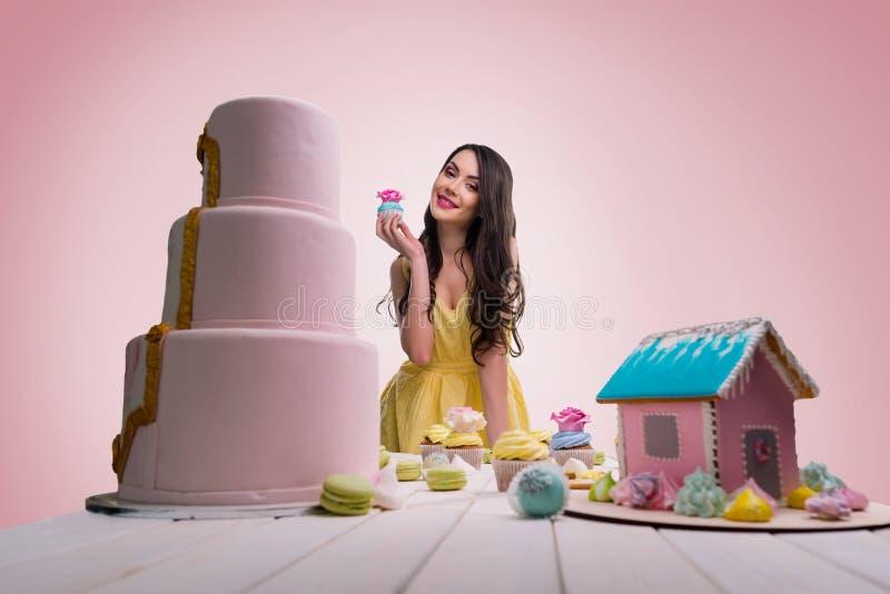 Reta folk med hennes bageri fotografering för bildbyråer