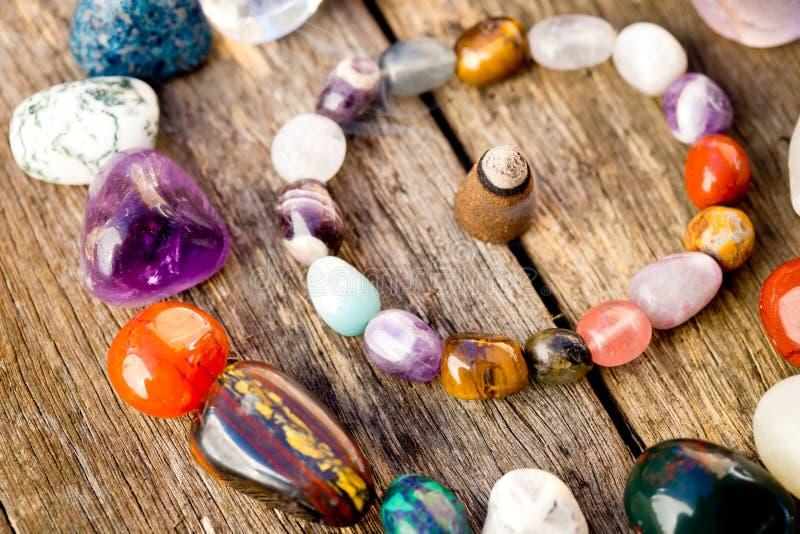 Reta upp kottebränningen i cirklar av att läka kristaller royaltyfri foto