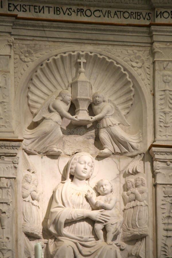 Retablo con el bajorrelieve de la Virgen María fotos de archivo
