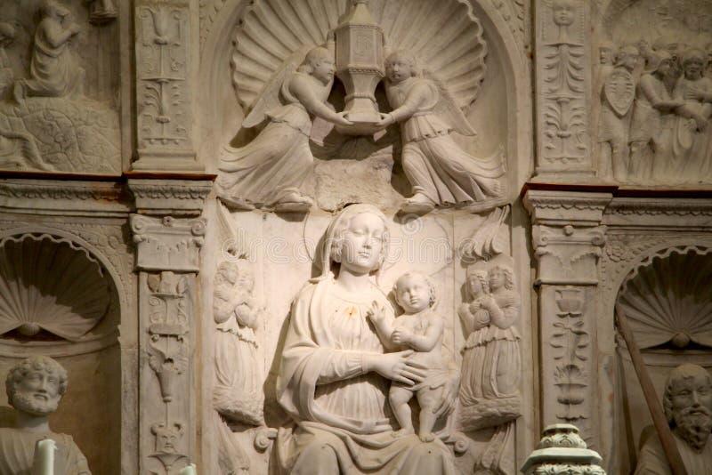 Retablo con el bajorrelieve de la Virgen María fotos de archivo libres de regalías
