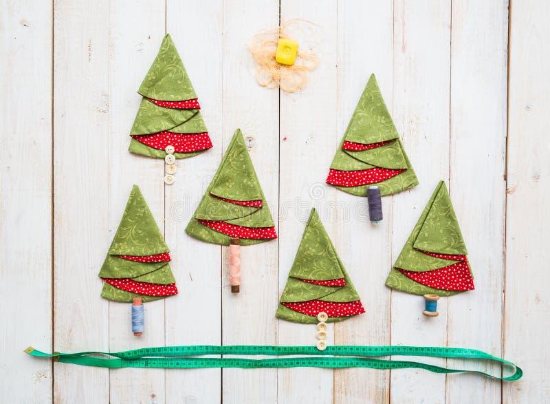 Retalhos e conceito da costura - colagem de costurar ferramentas e guardanapo vermelho-e-verdes decorativos no assoalho de madeir fotos de stock royalty free