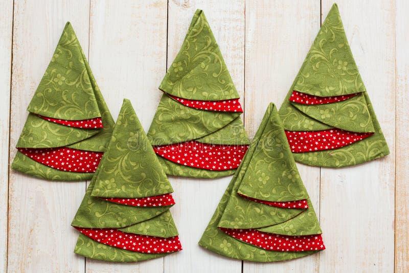 Retalhos e conceito estofando - close up em guardanapo vermelho-e-verdes decorativos em um assoalho de madeira whitewashed, festi imagens de stock
