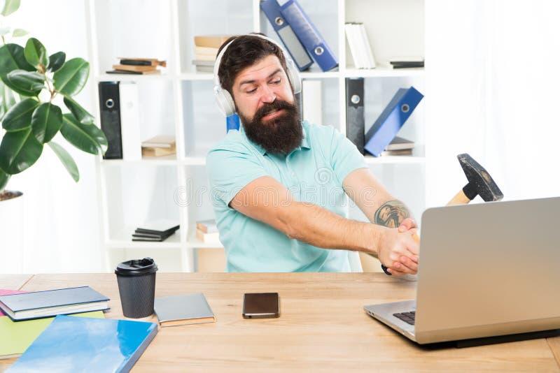 Retard d'ordinateur Raisons du ralentissement d'ordinateur Comment système traînant lent de difficulté Routine de bureau de haine photos stock