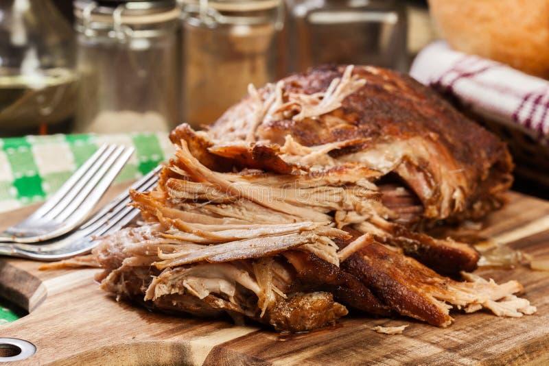 Retarde o ombro de carne de porco puxado cozinhado imagem de stock
