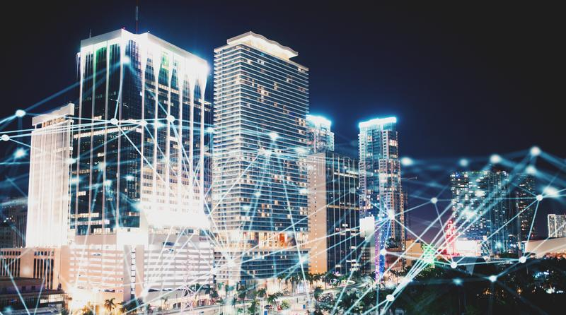 Rete astratta del collegamento a Internet con la città di notte con i grattacieli ai precedenti fotografia stock libera da diritti