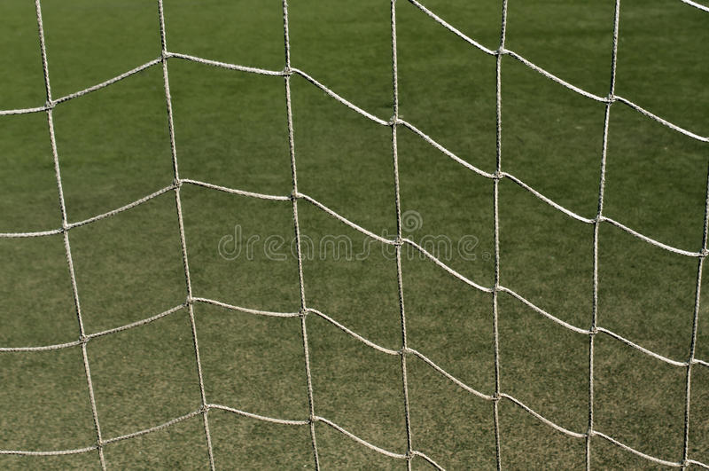 Rete astratta di calcio contro erba verde immagini stock libere da diritti