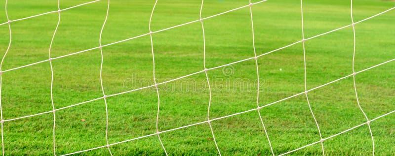 Rete bianca di calcio sul campo verde fotografia stock