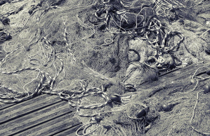 Rete da pesca che mette su pilastro di legno, in bianco e nero fotografie stock
