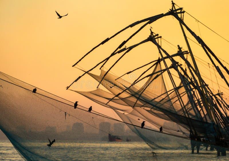 Rete da pesca cinese ad alba a Cochin fotografie stock libere da diritti