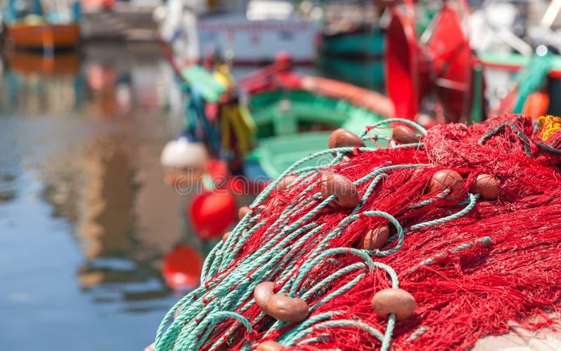 Rete da pesca variopinta che mette su un pilastro immagini stock libere da diritti