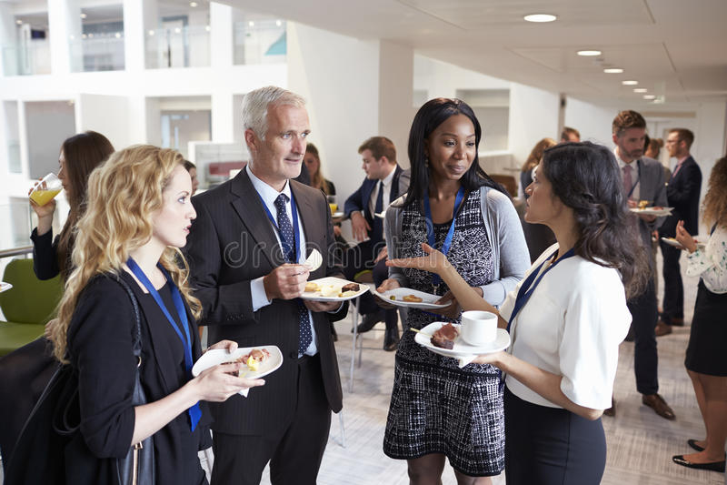 Rete dei delegati durante l'intervallo di pranzo di conferenza immagine stock