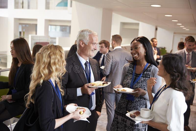Rete dei delegati durante l'intervallo di pranzo di conferenza immagini stock libere da diritti