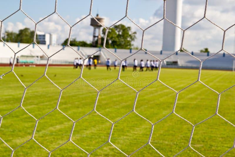 Rete di calcio su erba verde immagini stock