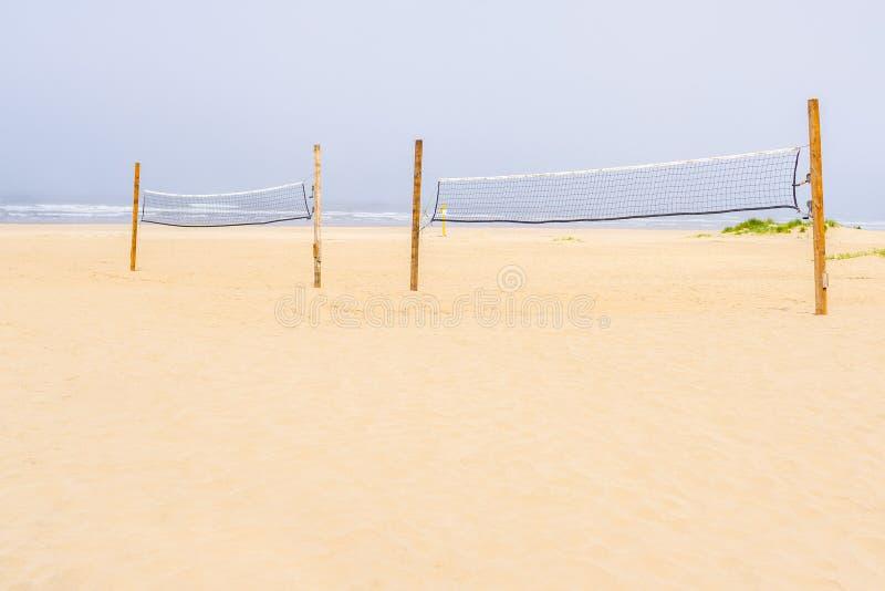 Rete di pallavolo alla spiaggia immagine stock