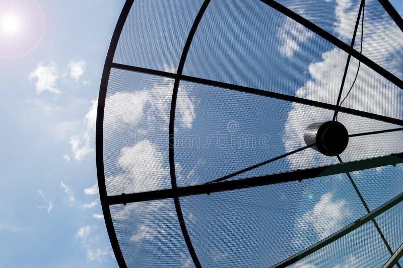 Rete di tecnologia della comunicazione dei riflettori parabolici del primo piano con la s fotografia stock libera da diritti