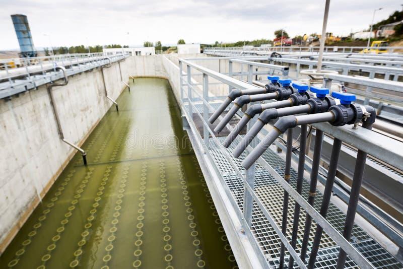 Rete di tubazioni dell'impianto per il trattamento delle acque fotografia stock libera da diritti