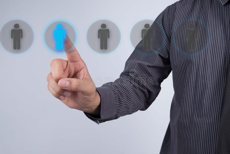 Rete e assunzione - touch screen dell'uomo d'affari Ricerca umana fotografie stock libere da diritti
