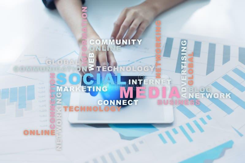 Rete e vendita sociali di media Affare, concetto di tecnologia Nuvola di parole sullo schermo virtuale fotografia stock