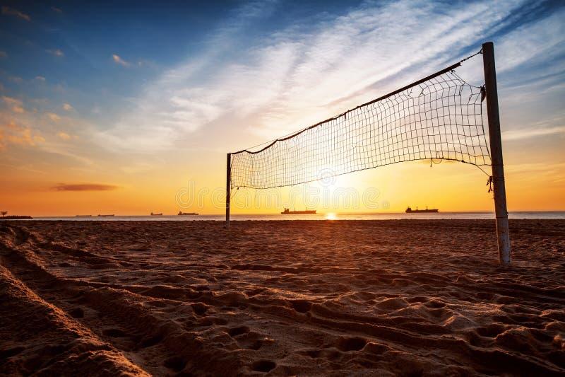 Rete ed alba di pallavolo sulla spiaggia immagine stock libera da diritti