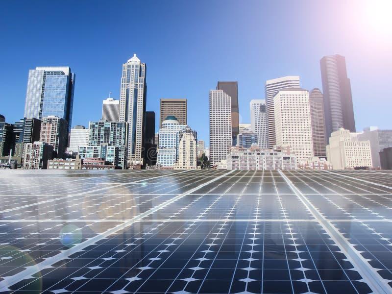 Rete energetica di potere della pila solare nel fondo della città fotografia stock libera da diritti