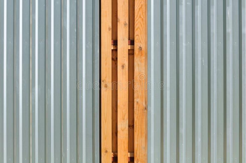 Rete fissa del metallo con gli inserti di legno fotografie stock libere da diritti