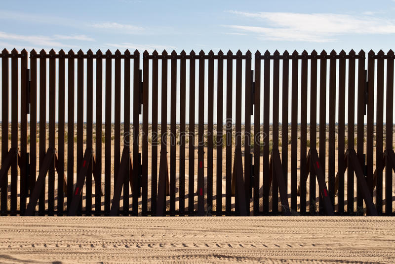 Rete fissa della frontiera internazionale fotografie stock
