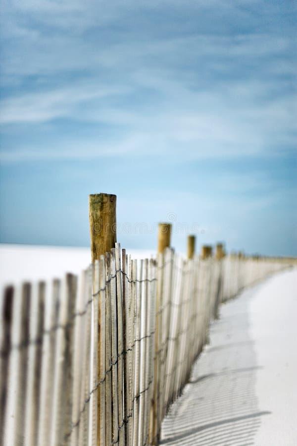 Rete fissa della sabbia nelle dune alla spiaggia fotografia stock
