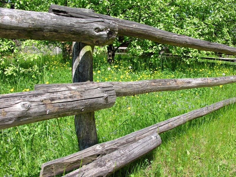 Download Rete fissa di legno fotografia stock. Immagine di recinzione - 220688