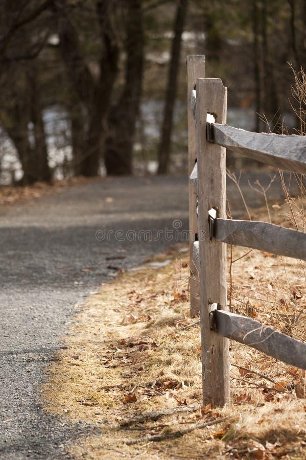 Rete fissa di legno lungo il percorso fotografia stock