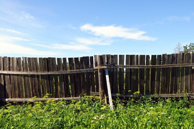 Rete fissa e cielo blu del paese fotografia stock