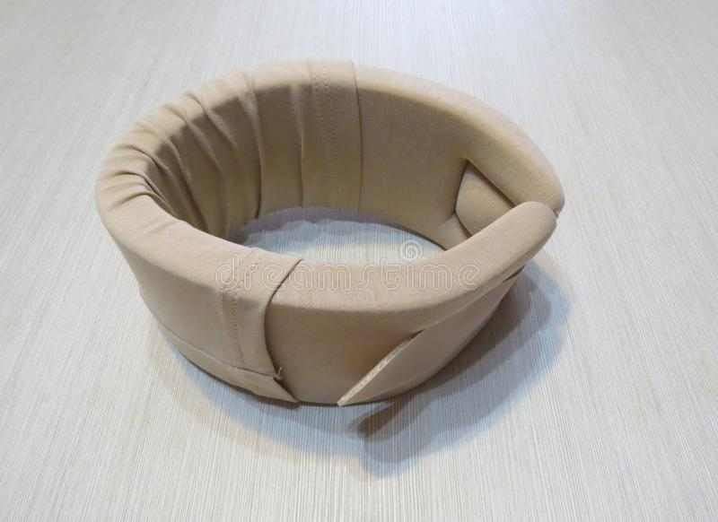Retenção médica da coluna cervical isolada, cor bege, Velcro imagem de stock