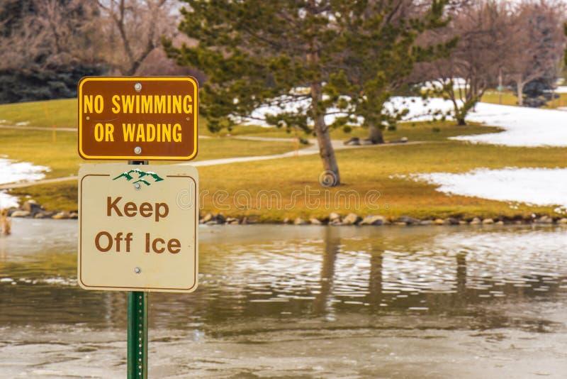 Retenez le signe d'hiver de glace photo stock