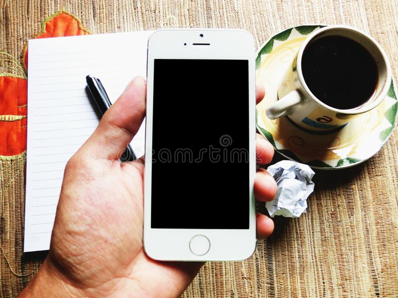 Retenir le smartphone photographie stock