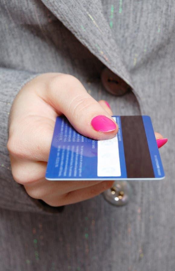 Retenir une carte de crédit image libre de droits