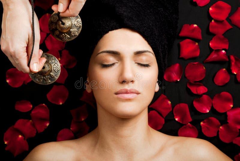 Retentissez le massage photo libre de droits