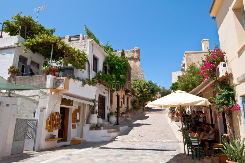 RETHYMNO, ΚΡΗΤΗ 23 ΙΟΥΛΊΟΥ: Οι τουρίστες έχουν ένα υπόλοιπο σε ένα τοπικό εστιατόριο δίπλα στο Fortezza Rethymno τον Ιούλιο 23.20 στοκ εικόνες