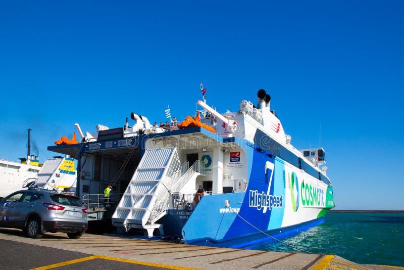 Rethymno, Creta: Balsa h na Creta aterragem Navios de cruzeiros no porto fotografia de stock
