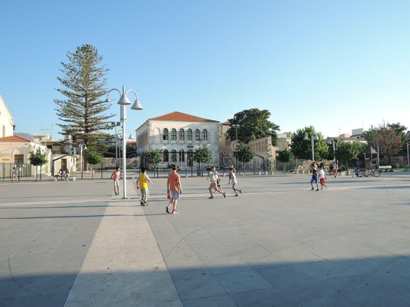 Rethymno, Grécia - 15 de junho de 2017: adolescentes dos meninos das nacionalidades diferentes que jogam o futebol em uma noite e foto de stock royalty free