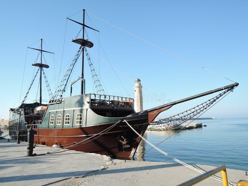 RETHYMNO, GRÉCIA - 15 de junho de 2017: A réplica do navio de guerra medieval do pirata é usada para viagens do turista ao longo  imagens de stock royalty free